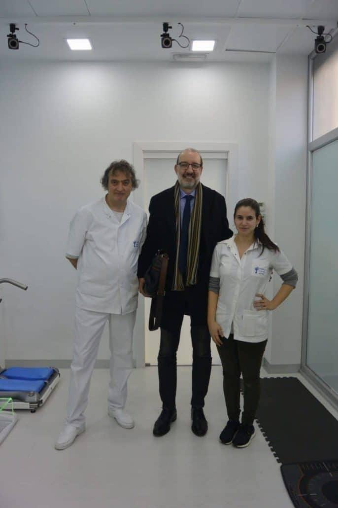 El periodista Antoni Bassas visita el Institut Català del Peu