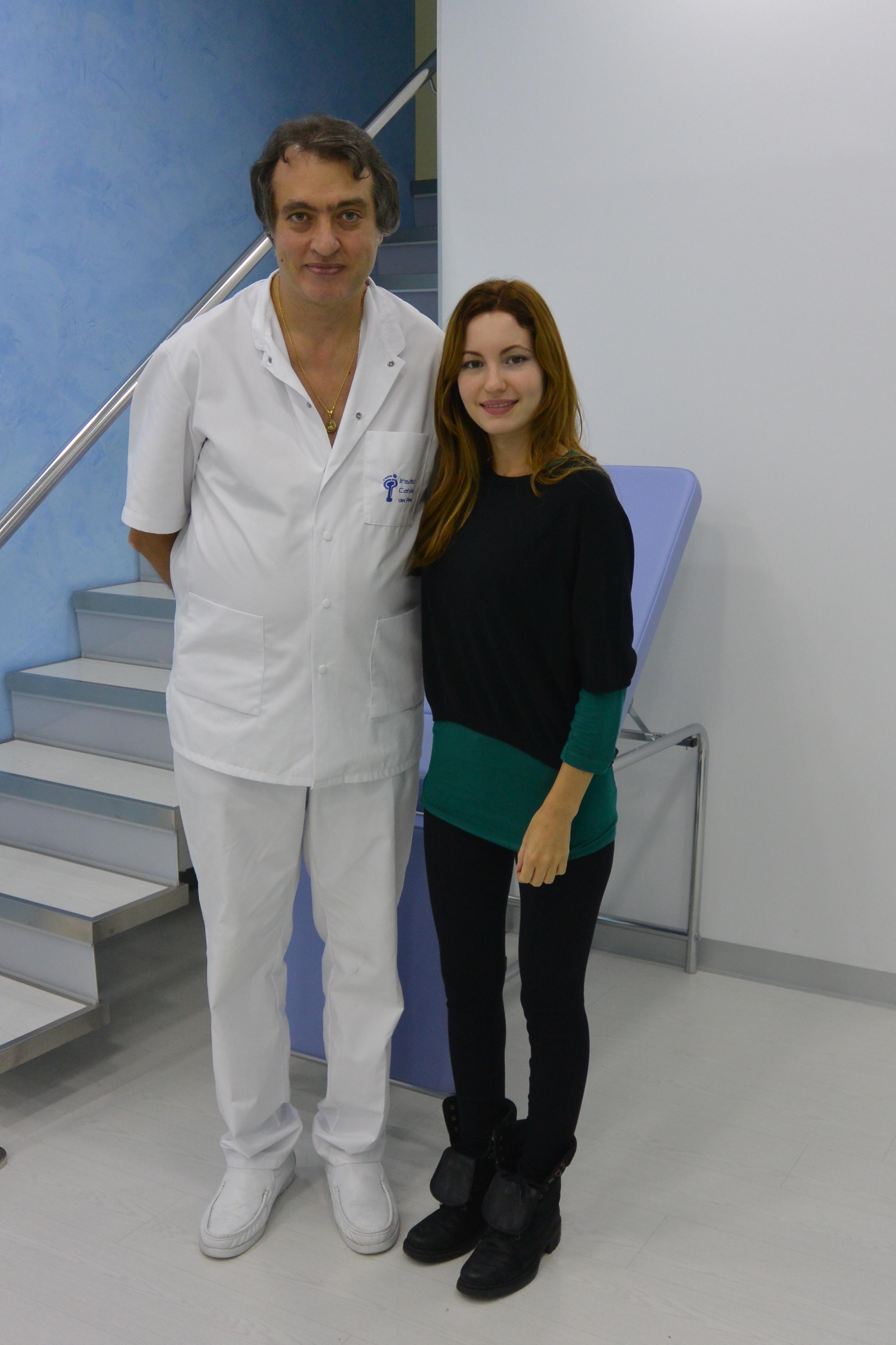 La actriz Ivana Baquero visita el Institut Català del Peu